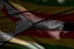 Image merveilleuse de drapeau fonc? du Zimbabwe avec des plis ?tendus dans les ombres avec les taches lumineuses l?-dessus - tout illustration stock