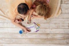 Image mignonne de peinture de famille à la maison Photographie stock libre de droits