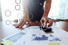 Image mobile du fonctionnement créatif de concepteur d'affaires Image stock