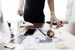 Image mobile du fonctionnement créatif de concepteur d'affaires Photos stock