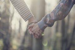 Image modifiée la tonalité de deux femmes tenant des mains Photo libre de droits
