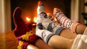 Image modifiée la tonalité de famille détendant par la cheminée le réveillon de Noël photo libre de droits