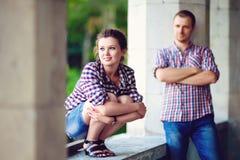 Image modifiée la tonalité des couples dans l'amour à la vieille maison Image stock