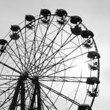 Image modifiée la tonalité noire et blanche avec une vieille roue de ferris contre le ciel photos libres de droits