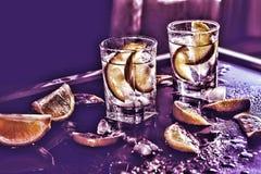 Image modifiée la tonalité Vodka, tequila, genièvre Cocktail alcoolique avec de la glace et la chaux images stock