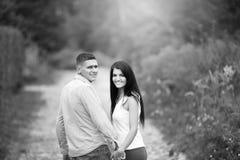 image noire et blanche d'un couple regardant l'un l'autre Image stock