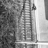Image noire et blanche d'un homme sur les voies de train sur Kyiv Images libres de droits