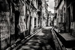 Image noire et blanche d'une rue étroite dans Kolkata photos libres de droits