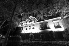 Image noire et blanche de vieille de villa vue de nuit image libre de droits