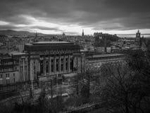 Image noire et blanche de ville d'Edimbourg sur le ciel foncé avec la vue de nuages noirs photos stock