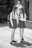 Image noire et blanche des écolières parlant tout en allant au scho Photos libres de droits
