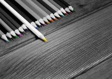 Image noire et blanche des crayons colorés avec le crayon d'isolement Image libre de droits