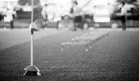 Image noire et blanche des obstacles et des exercices d'échelle sur le gazon artificiel vert image stock