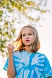 Image nostalgique pensive de la jeune fille blonde jouant avec des cheveux photos libres de droits