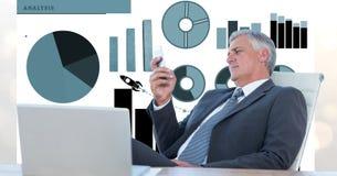 Image numérique d'homme d'affaires se reposant sur la chaise tout en regardant le téléphone portable avec l'ordinateur portable e illustration libre de droits