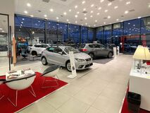 Free Image Of Empty Car Dealership Showroom Interior Stock Images - 169124184