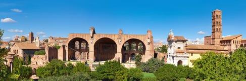 Image panoramique de basilique ruinée de Maxentius et de Constantine images stock