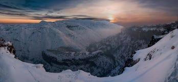 Image panoramique de coucher du soleil de montagnes Image stock