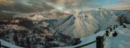 Image panoramique de coucher du soleil de montagnes Photographie stock libre de droits