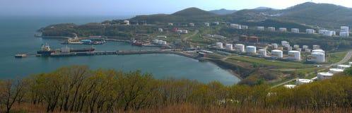 Image panoramique de la société Rosneft de port d'arrivée ou de départ pour le pétrole Ville de Nakhodka, Russie 21 05 2012 Photos stock