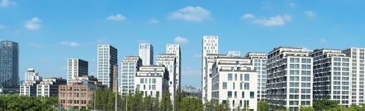 Image panoramique des constructions résidentielles superbes Photo stock