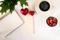 image plate de configuration de vue supérieure de programme de café de coeur de fraise de lieu de travail Images libres de droits