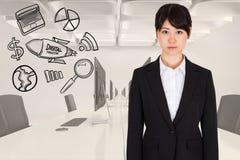 Image produite par Digital de femme d'affaires se tenant prêt de diverses icônes dans le bureau Photographie stock libre de droits