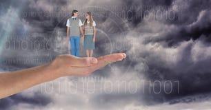 Image produite par Digital de l'homme et de la femme se tenant en main contre le ciel Photo stock