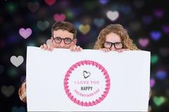 Image produite par Digital des couples de ballot tenant la plaquette avec le message de valentines Photos libres de droits