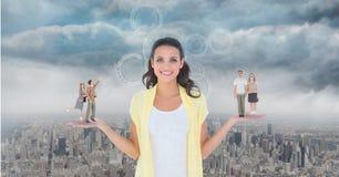 Image produite par Digital des personnes se tenant sur se tenir sur la paume de femme contre la ville Photo stock