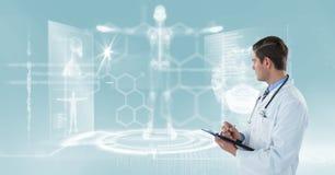 Image produite par Digital du docteur masculin avec le presse-papiers semblant le graphique squelettique humain Photo libre de droits