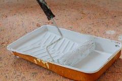 Image réaliste de casserole et de rouleau de peinture sur la nappe protectrice pendant la peinture Image libre de droits