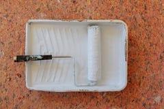 Image réaliste de casserole et de rouleau de peinture sur la nappe protectrice pendant la peinture Images stock
