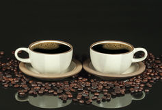 Image retournée de deux tasses de café photographie stock libre de droits