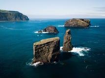 Image a?rienne des formations de roche sauvages au milieu de l'Oc?an Atlantique ouvert ? c?t? de Mosteiros, en ?le de Miguel de s photos stock
