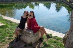 Image romantique de deux amis féminins le long des rivages d'un lac photo stock