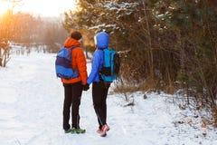 Image romantique de dos de l'homme et de femme avec des sacs à dos Images stock