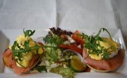 Image saine de photographie de nourriture de petit déjeuner fait maison traditionnel de royale d'oeufs avec les saumons frais et  image stock