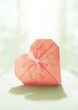 Image stylisée d'un coeur de papier d'origami avec le contre-jour   Images libres de droits