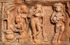 Image symbolique d'une femme dans la cuisine, avec un enfant - le soulagement en pierre du temple du 7ème siècle dans la ville de Photographie stock libre de droits