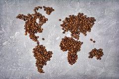 Image symbolique de carte du monde faite à partir des grains de café rôtis image stock