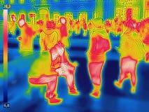 Image thermique infrarouge des personnes à la gare ferroviaire de ville un jour froid d'hiver photo libre de droits