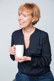 Image verticale de femme agée heureuse tenant le thé de tasse Photos libres de droits