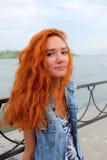 Image verticale de femmes d'une chevelure rouges dans l'état heureux Photographie stock