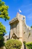 Image verticale de l'abbaye antique de Bellapais prise avec le parc adjacent et avec le ciel bleu Le monastère chypriote est un s photographie stock libre de droits