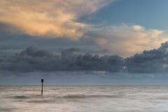 Image vibrante de concept de belle longue exposition d'océan au coucher du soleil Photo libre de droits