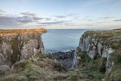 Image vibrante renversante de paysage des falaises autour du ` s Hea de St Govan Image stock