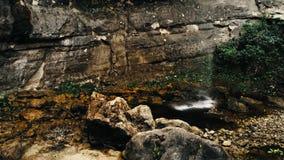 Imagem aérea cinemático do zangão da cachoeira e de uma associação pequena profundamente na selva da floresta úmida no parque nac imagens de stock royalty free
