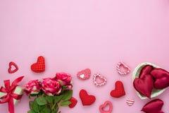 Imagem aérea da opinião de tampo da mesa do conceito do fundo do dia do ` s do Valentim da decoração fotografia de stock