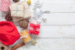 Imagem aérea da opinião de tampo da mesa do Feliz Natal da decoração dos artigos & do conceito do fundo do ano novo feliz Fotografia de Stock